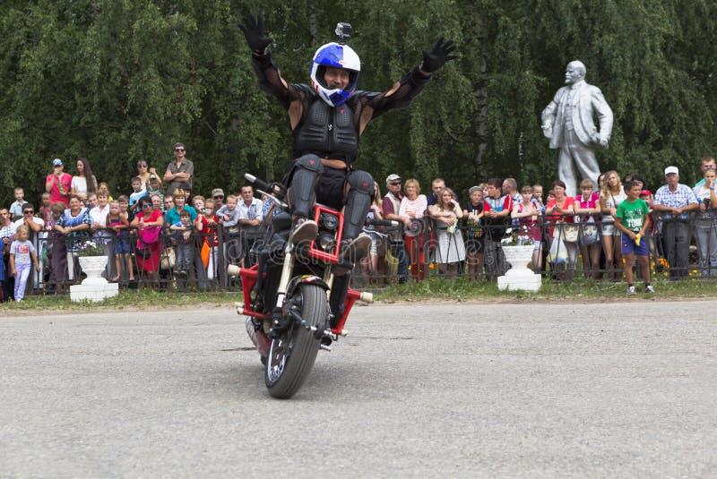 摩托车展示在Verkhovazhye,沃洛格达州地区,俄罗斯 阿列克谢加里宁在上面举了他的手并且欢迎访客 免版税库存照片