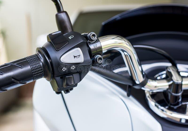 摩托车把手垫铁,转弯信号,上下交替的车灯按钮 库存图片