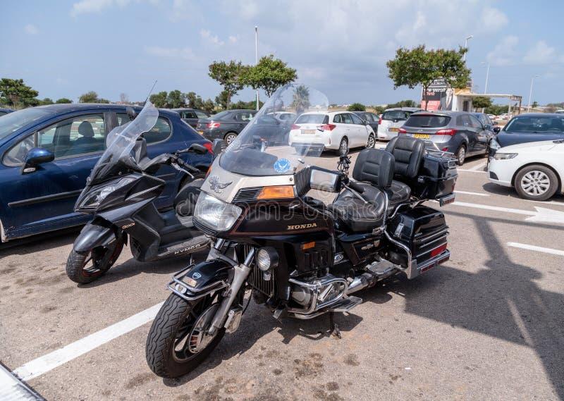 摩托车本田在老汽车的陈列的金翼在停车场的在大Regba购物中心附近 库存照片