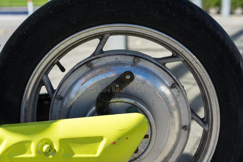 摩托车滑行车的后面轮子轮胎和闸图片