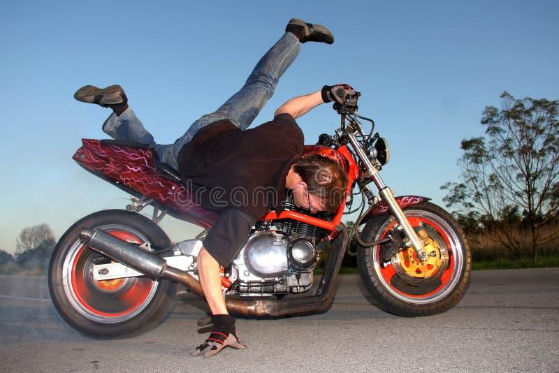 摩托车特技 免版税库存照片