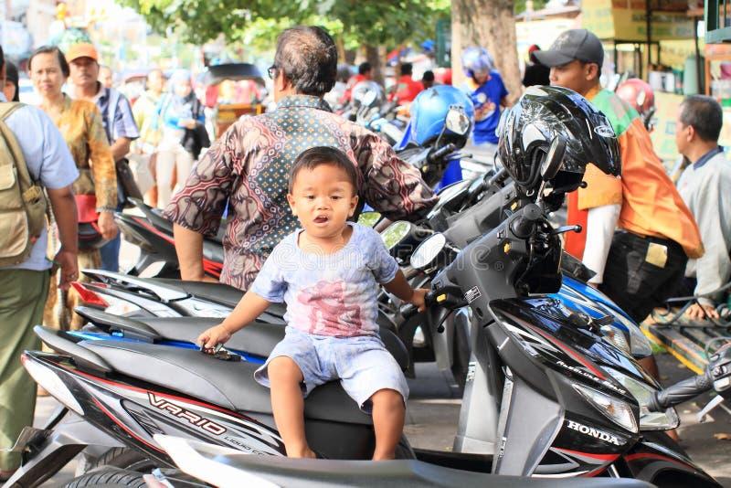 摩托车的男孩 免版税库存图片