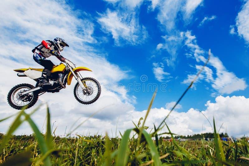 摩托车的竟赛者参加横越全国的摩托车越野赛 免版税库存图片