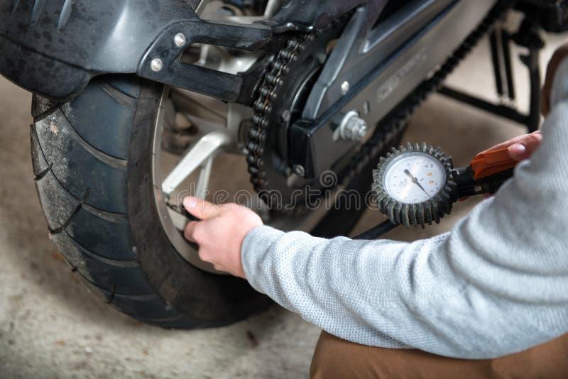 摩托车的轮胎气压的控制 库存照片. 图片 包括有 航空图片
