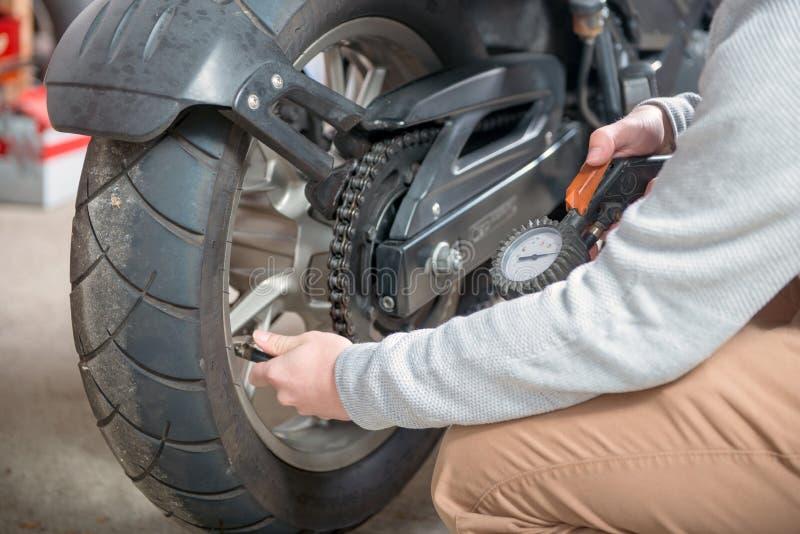 摩托车的轮胎气压的控制图片