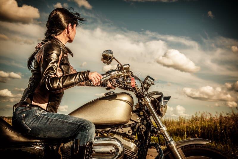 摩托车的骑自行车的人女孩 免版税库存图片
