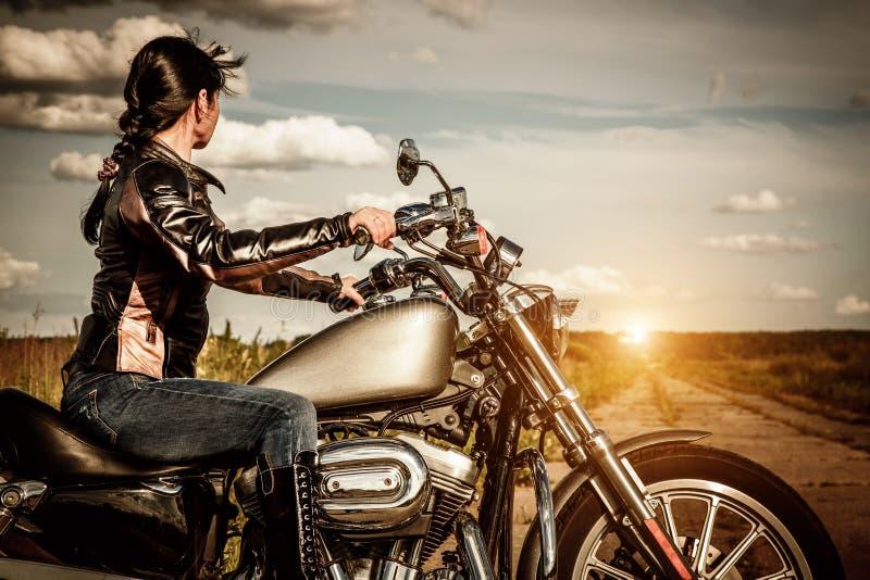 摩托车的骑自行车的人女孩 库存图片