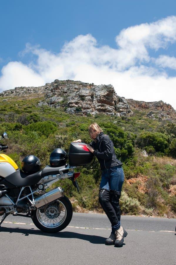 摩托车纵向妇女年轻人 图库摄影