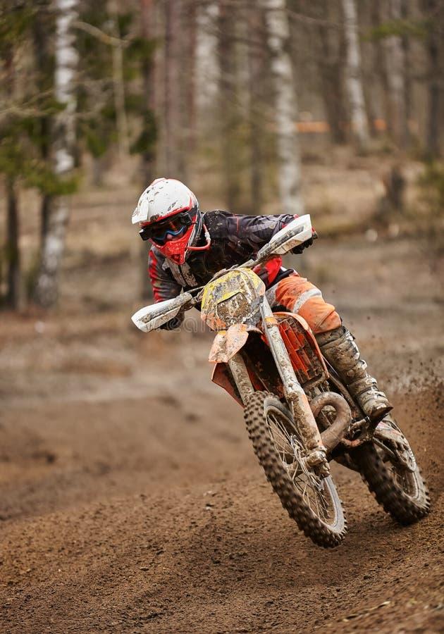 摩托车越野赛加速在赛马跑道的enduro司机摩托车 库存照片