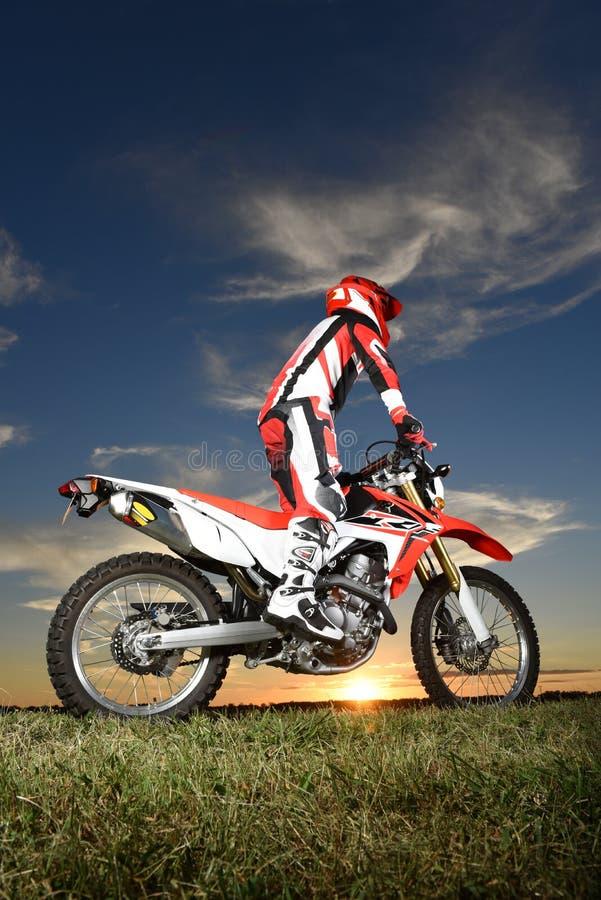 摩托车越野赛摩托车的人 免版税库存照片