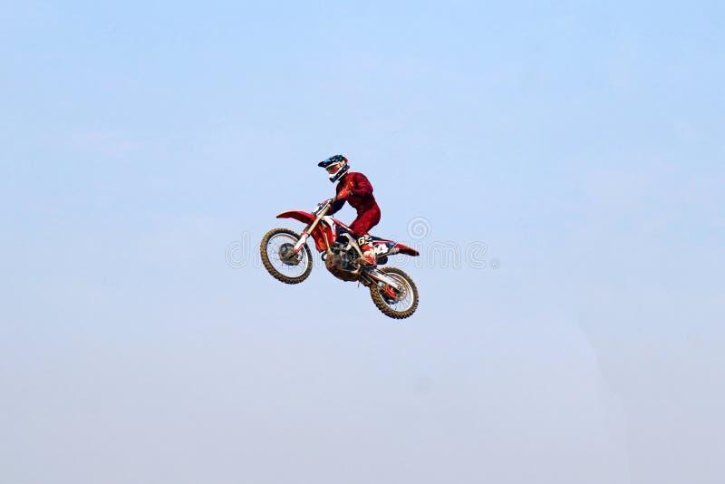 摩托车越野赛车手跳跃的上流 图库摄影