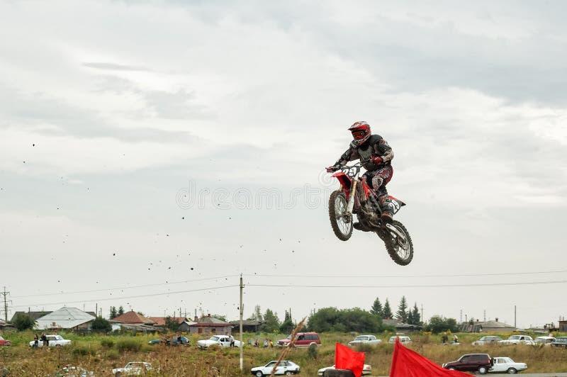 摩托车跳跃 秋明州 俄国 免版税库存图片