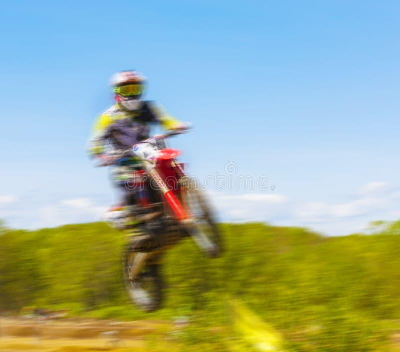 摩托车车手的模糊的图象在摩托车越野赛种族期间的 库存图片