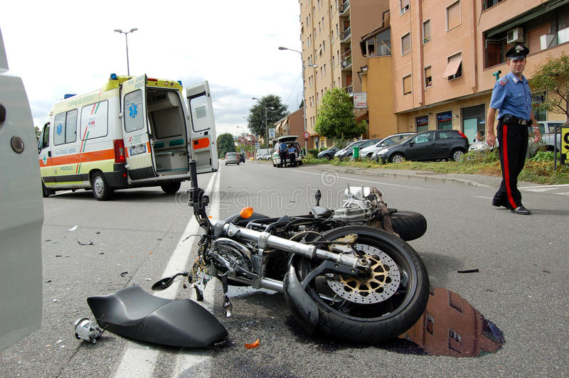 摩托车车祸在市区 图库摄影