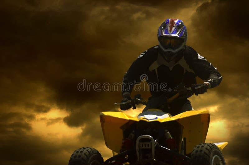 摩托车骑士剪影日落 免版税库存照片