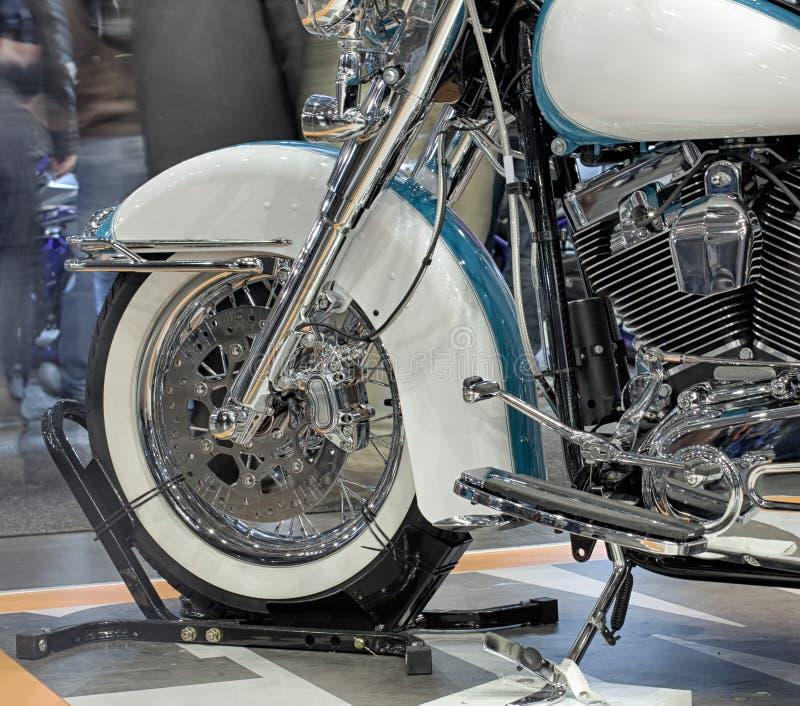 摩托车,室内照片接近的在最前面的轮子  库存图片