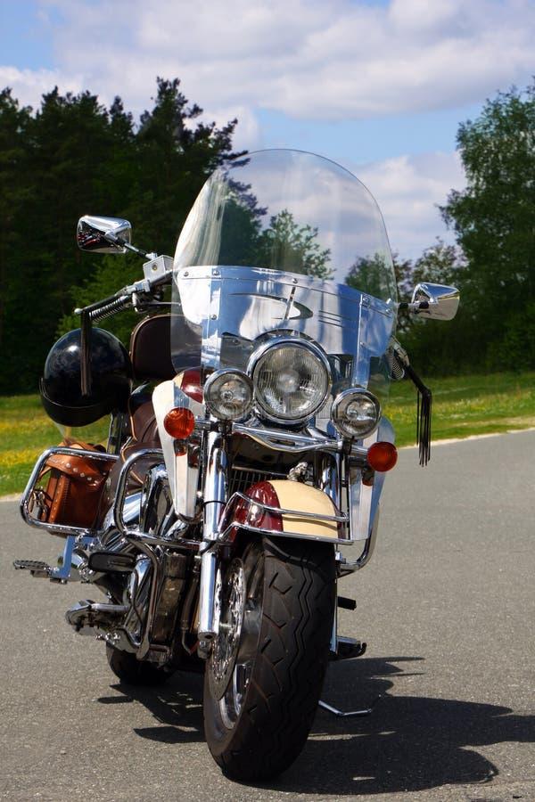 Download 摩托车 编辑类库存图片. 图片 包括有 街道, 阳光, 蓝色, 培训地点, 自行车, 马达, 投反对票, 天空 - 30338084