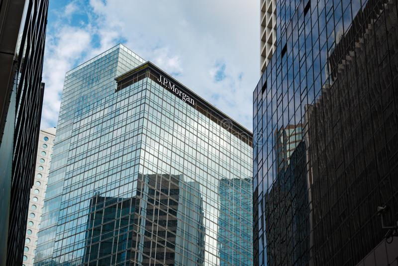 摩根公司摩天大楼大厦在香港由其他摩天大楼围拢了 库存照片