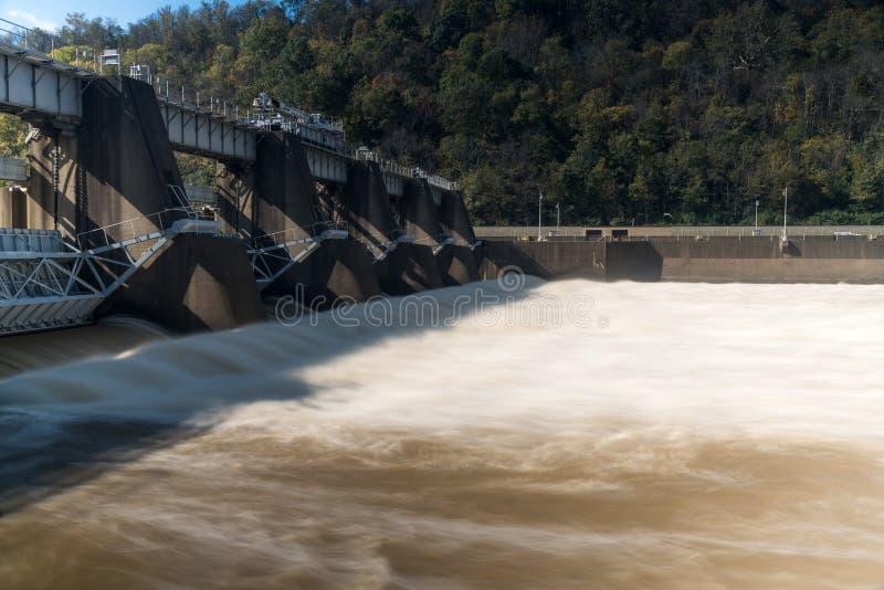 摩根敦锁和水坝在河Monongahela 库存图片