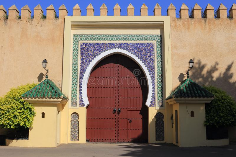 摩洛哥、菲斯、伊斯兰教的木被成拱形的门和给上釉的瓦片周围 免版税库存照片
