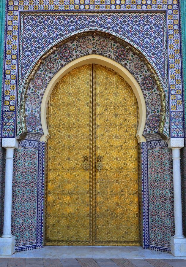 摩洛哥、菲斯、伊斯兰教的题写的黄铜被成拱形的门和给上釉的瓦片周围 免版税库存照片