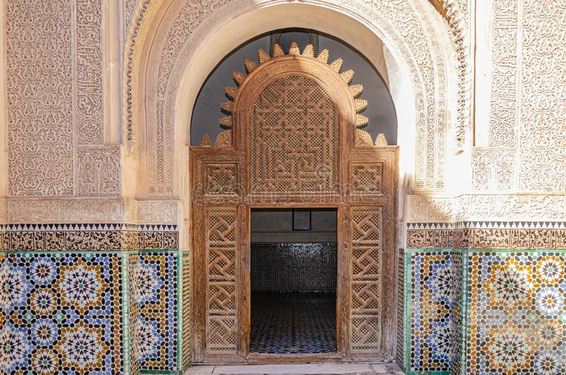 摩洛哥曲拱和门细节  马拉喀什 免版税库存图片