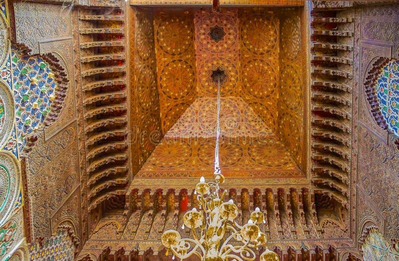 摩洛哥灯笼和雪松木头在Fes雕刻了天花板 免版税库存照片