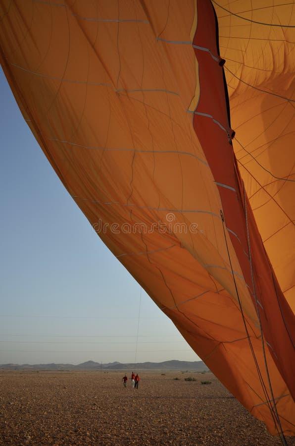 摩洛哥热空气气球着陆在沙漠 免版税库存图片