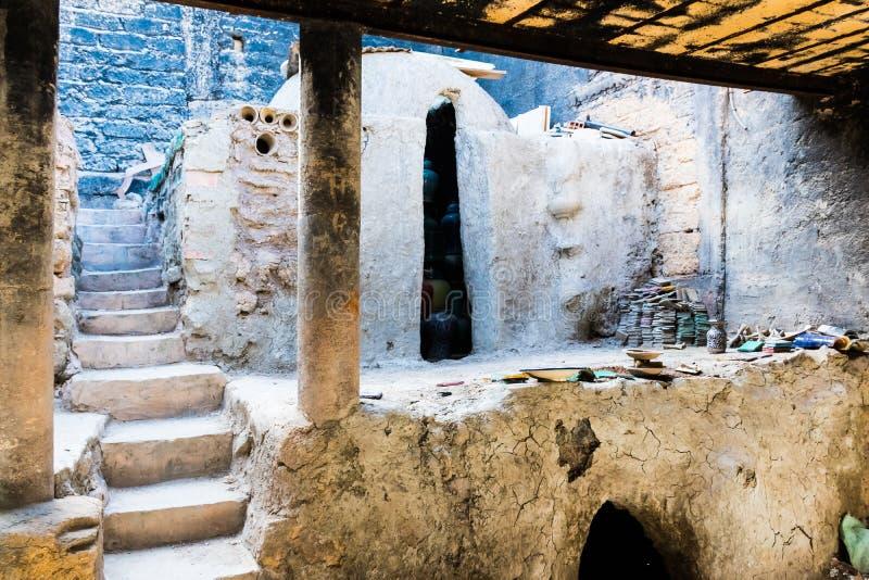 摩洛哥瓦器制造商在一个车间创造陶瓷在菲斯,摩洛哥,非洲老麦地那  图库摄影