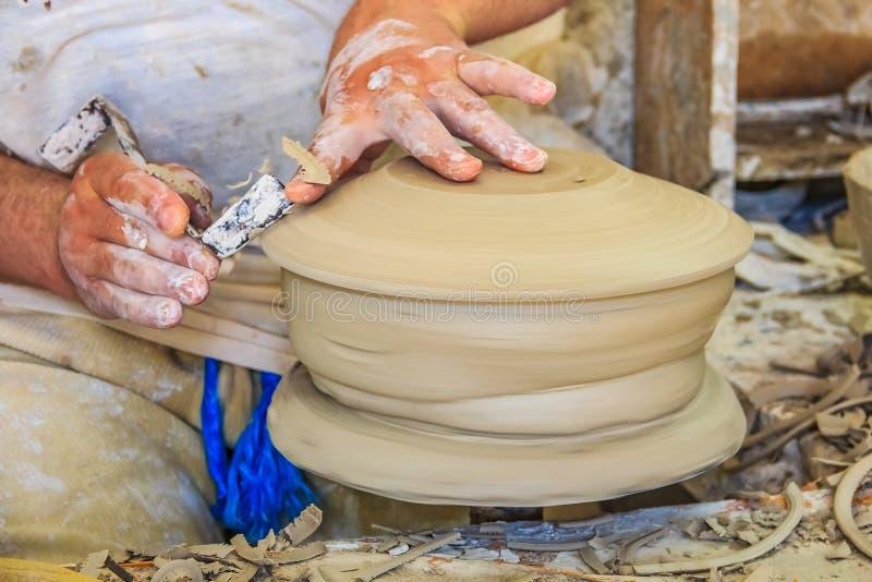 摩洛哥陶瓷工的手在工作 库存照片