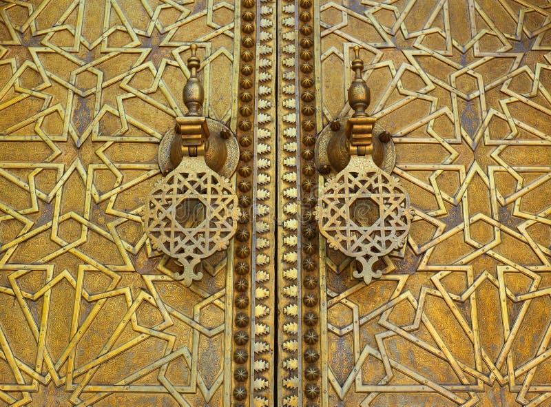 摩洛哥,菲斯,历史伊斯兰教的黄铜拼花板门 免版税库存照片
