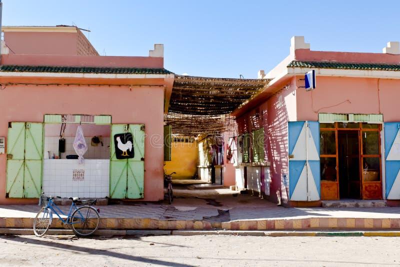 摩洛哥,象屠户和面包师的典型的商店在摩洛哥的小村庄, 库存照片