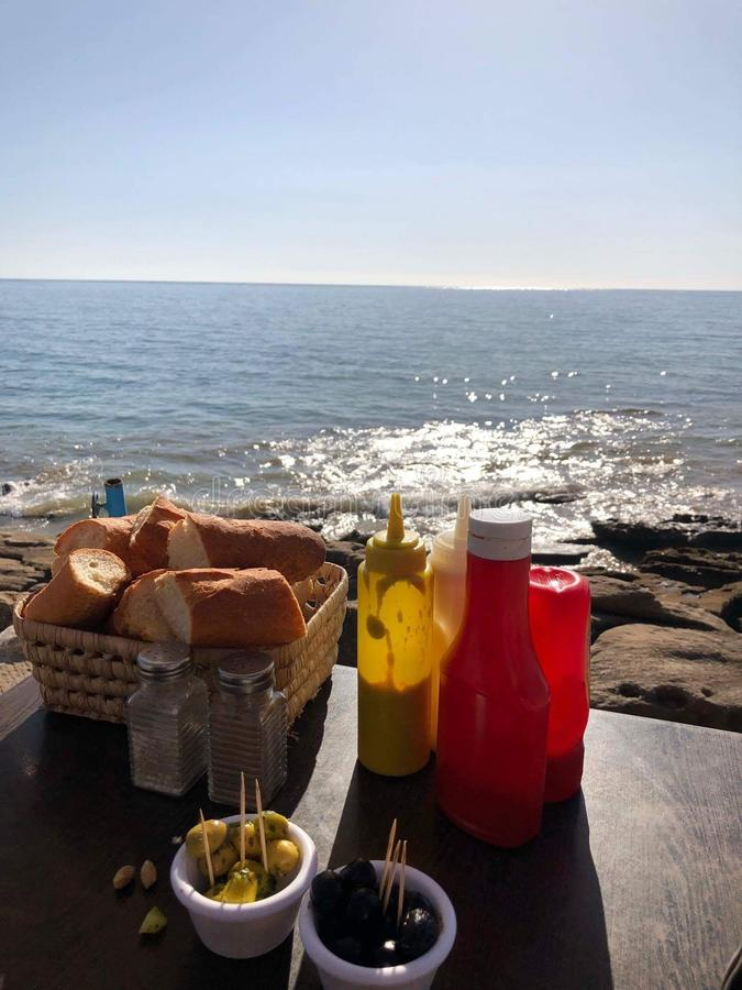 摩洛哥taghazout海浪巴巴里人食物假日frends乐趣 库存图片