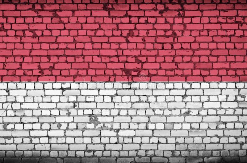 摩纳哥旗子被绘在一个老砖墙上 库存例证