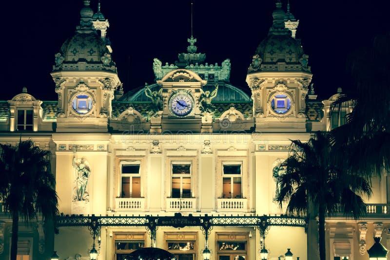 摩纳哥,意大利, 2013年8月10日:赌博娱乐场在摩纳哥 背景美好的图象安装横向晚上照片表使用 库存图片