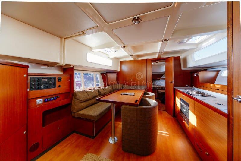 摩纳哥,05 05 2018年:沙龙区域的室内设计装备的装饰在一条大豪华马达游艇的 免版税库存照片