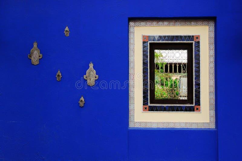 摩洛哥与窗口的青玉蓝色墙壁油漆 免版税库存照片