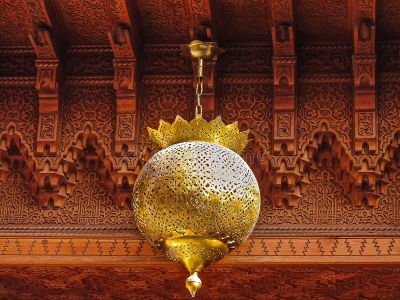 摩洛哥灯笼和雪松木头被雕刻的天花板 免版税库存图片
