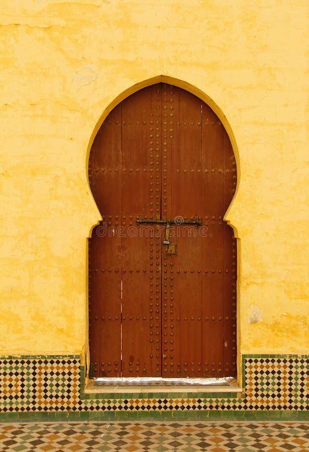 摩洛哥,梅克内斯,伊斯兰教的被成拱形的门 库存图片