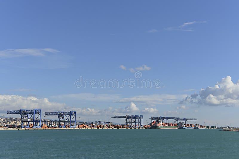 撒丁岛商业端口容器 免版税库存图片
