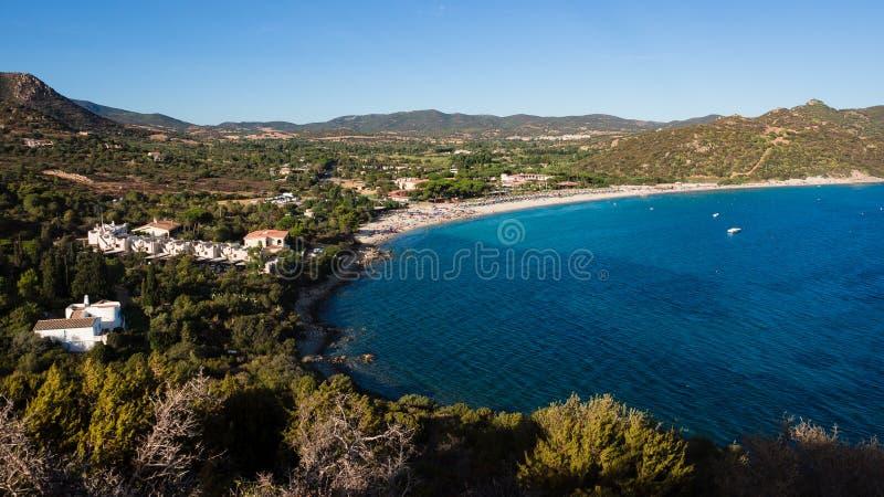 撒丁岛的典型的看法有地中海植被和蓝色的 免版税库存图片