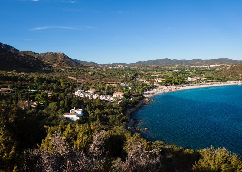 撒丁岛的典型的看法有地中海植被和蓝色的 库存照片