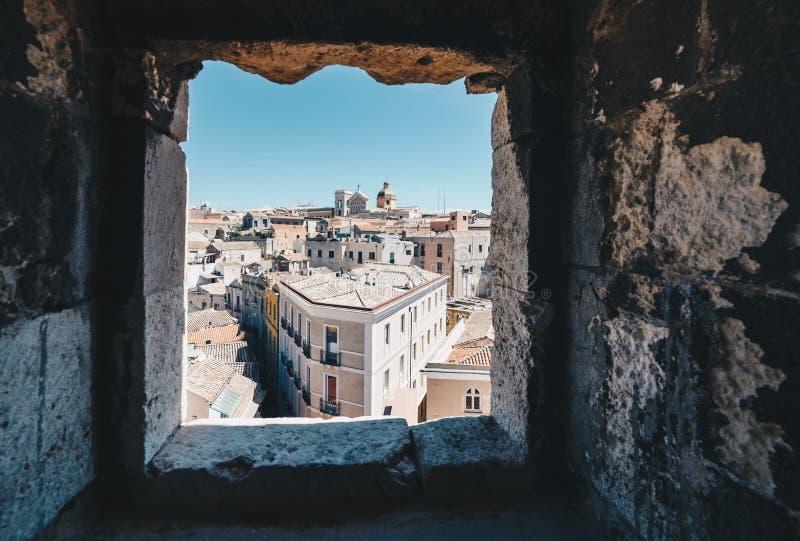 撒丁岛的首都的鸟瞰图从ta的窗口的 免版税库存图片