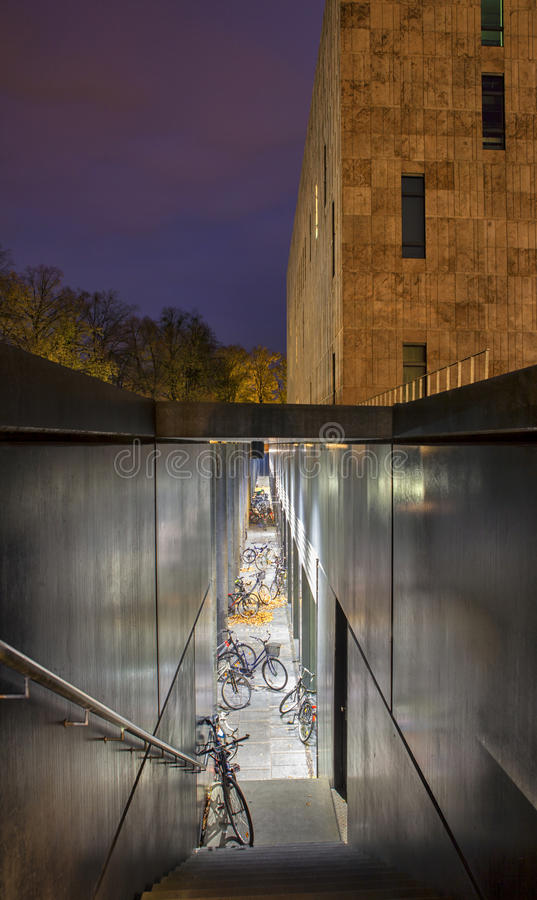 Download 撒克逊人的状态和大学图书馆德累斯顿的夜场面 库存图片. 图片 包括有 德国, 街道, 阿卡迪亚, 横向, 现代 - 30326595