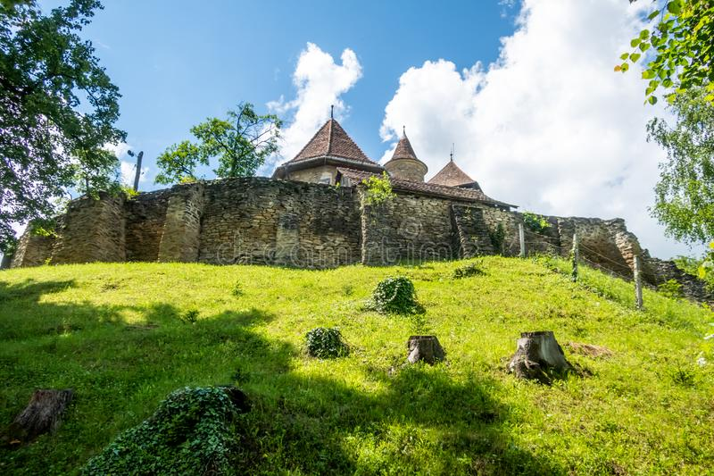 撒克逊人的被加强的教会在Malancrav,特兰西瓦尼亚,罗马尼亚 免版税库存照片
