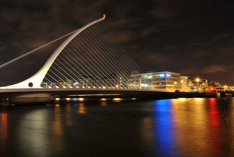 撒母耳` s Beckett桥梁在晚上,颜色的光亮的光在水,都伯林,爱尔兰中 免版税库存照片