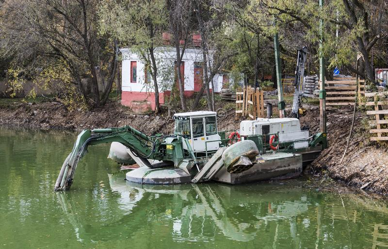 撒粉瓶做清洁河床在池塘的形成地方 俄罗斯会展中心 莫斯科 俄国Federat 免版税图库摄影