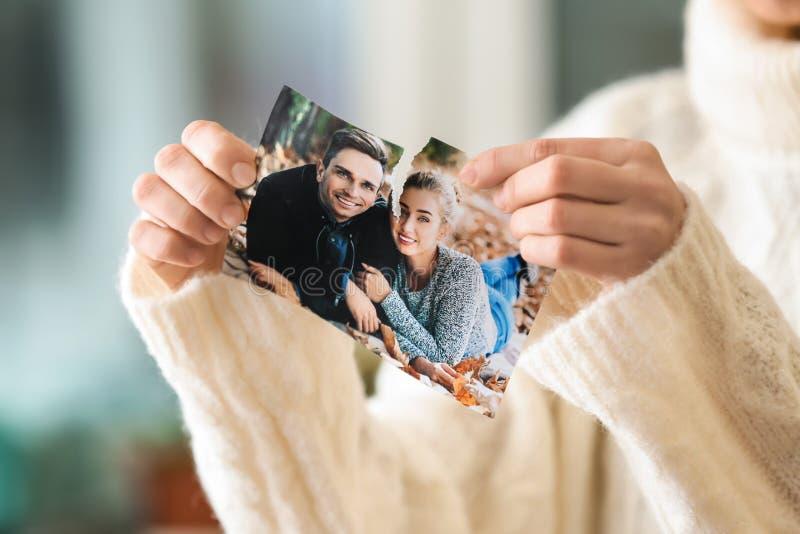 撕毁愉快的夫妇,特写镜头的照片妇女 离婚的概念 库存照片