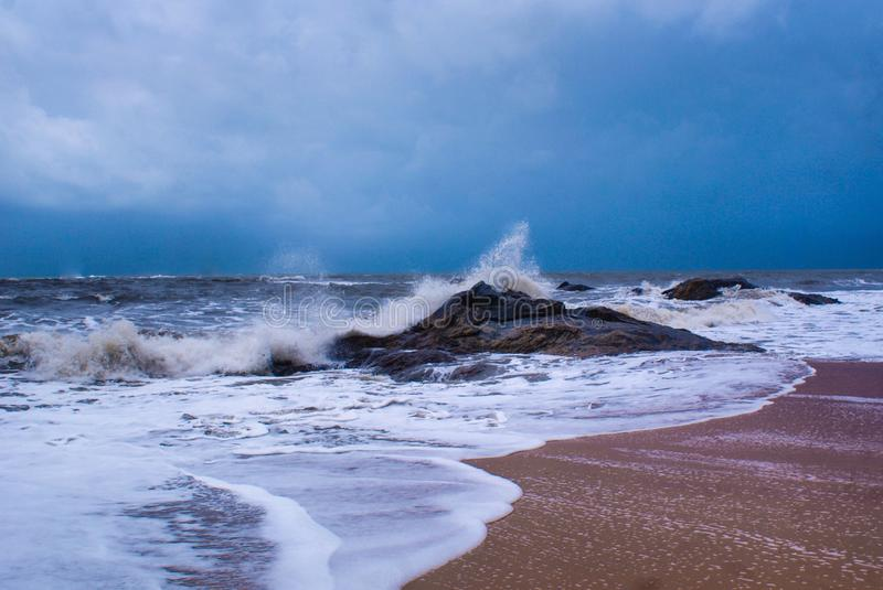撞入在库恩达普拉海滩的岩石的海波浪 免版税库存照片