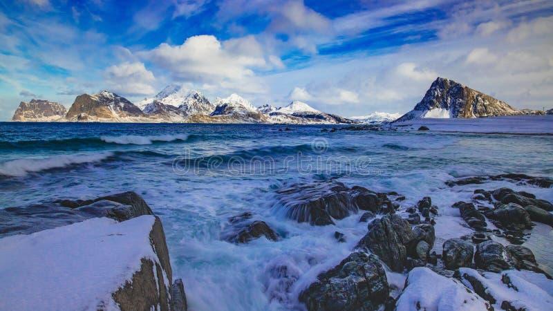 撞入岩石的波浪 库存照片